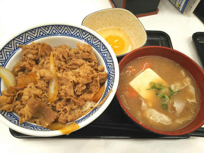 牛丼 アタマの大盛りと豚汁