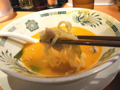 モツ野菜ラーメン 麺上げ