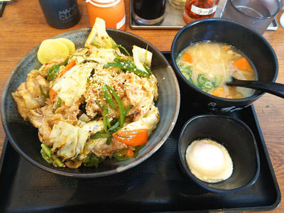 甘辛肉野菜丼と豚汁
