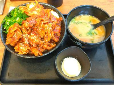 牛カルビ辛すた丼と豚汁
