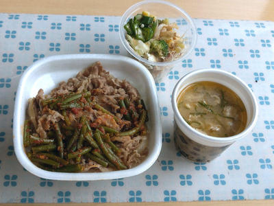 ニンニクの芽牛丼と豚汁、オクラサラダ