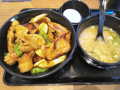 デカ豚バラ焼肉丼と豚汁