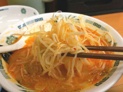 ピリ辛とんこつネギラーメン 麺上げ