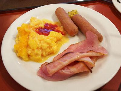 朝食ビュッフェ ソーセージ、ベーコン、スクランブルエッグ