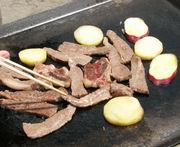 まずは肉を焼く