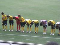 試合後の挨拶をするレディースの選手達