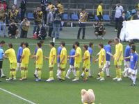 試合前に握手をかわす選手たち