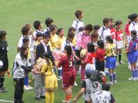 なでしこジャパンの選手に花束贈呈