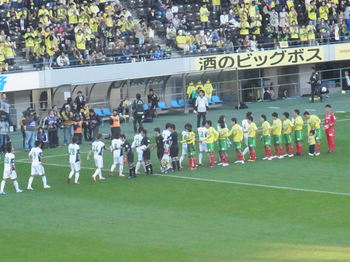 試合前の握手をする両チームの選手たち