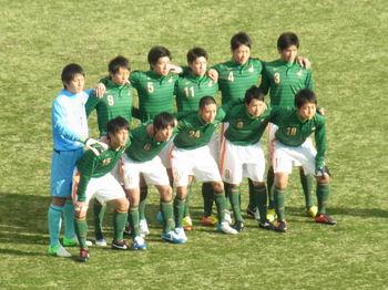 試合前の記念撮影をする青森山田の選手たち