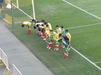 試合後の挨拶に来た選手たち