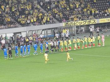 試合前の整列をする両チームの選手たち