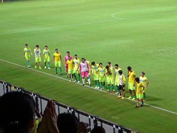 試合終了後の挨拶をする選手たち