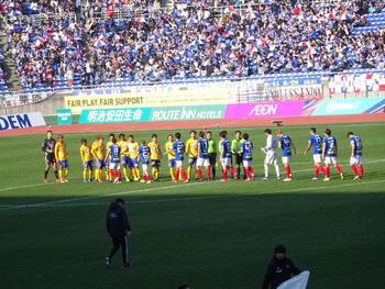 試合終了後の握手をする選手達。