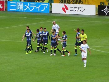 矢田のゴール直後。