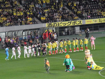 試合前の握手をする両チームの選手