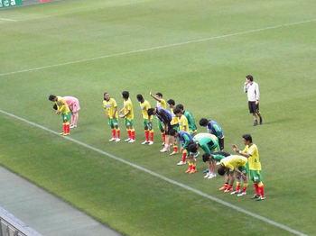 試合終了後、バックスタンドに向かって挨拶をする選手たち