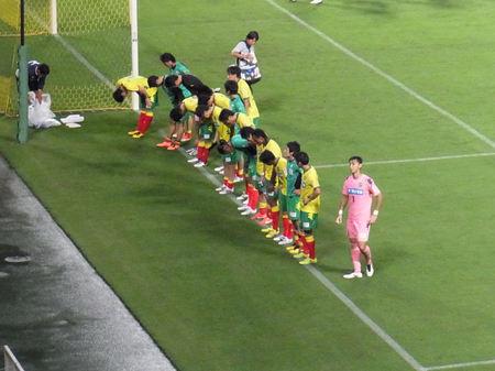 試合後アウェイ側ゴール裏で挨拶をする選手たち