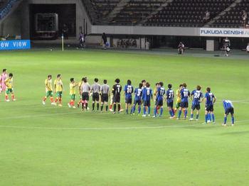 試合終了後の握手をする両チームの選手たち