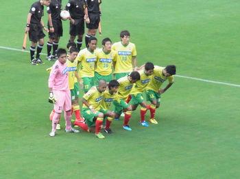 試合前の記念撮影をする選手たち