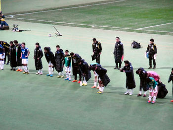 試合後ゴール裏で挨拶をする選手たち