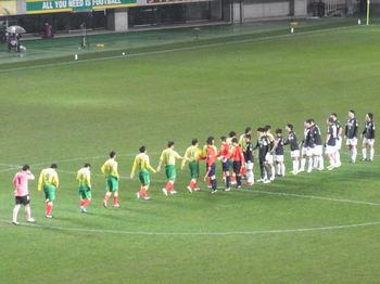 試合終了後の握手をする選手たち