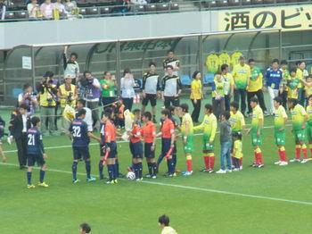 試合前の握手をする選手たち