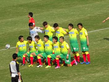 試合前の記念撮影を行うジェフの選手たち