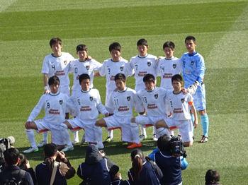 試合前の記念撮影をする青森山田の選手達