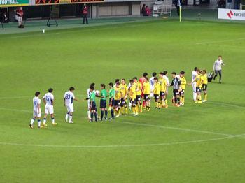 試合後の握手をする選手たち