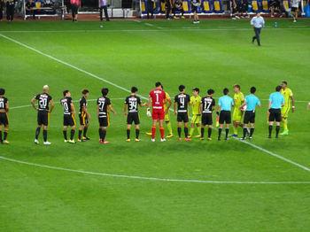 試合後の握手をする両チームの選手たち